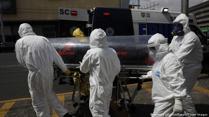 Mexiko Mexiko-Stadt   Medizinisches Personal transportiert Covid-19 Patienten