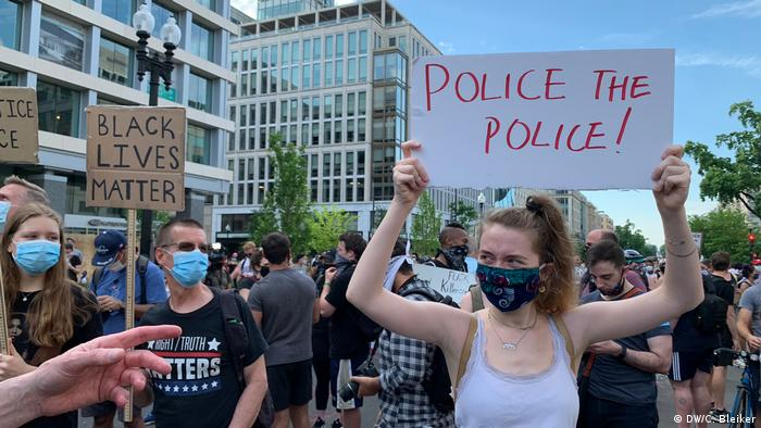 Protesters in Washington DC hold up signs reading Black Lives Matter and police the police (DW/C. Bleiker)