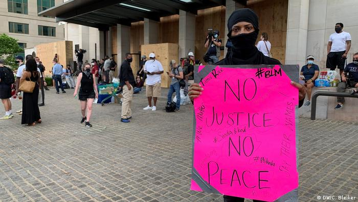 A protester in Washington DC holds a sign that reads No justice, no peace (DW/C. Bleiker)