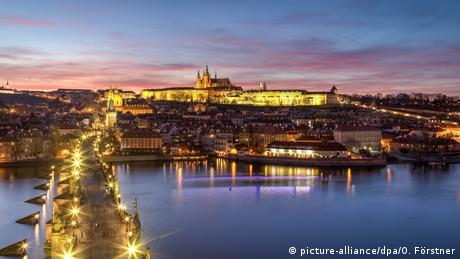 Czech Republic | Evening view of Prague Castle and Charles Bridge (picture-alliance/dpa/O. Förstner)