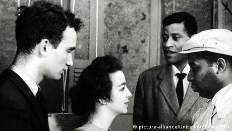 Filmstill Shadows John Cassavetes - Szene mit weißen und farbigen Akteuren beim Gespräch (picture-alliance/United Archives/IFTN)