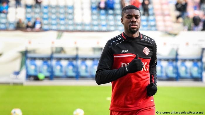 Leroy Kwadwo warming up ahead of kickoff against Hansa Rostock earlier this season