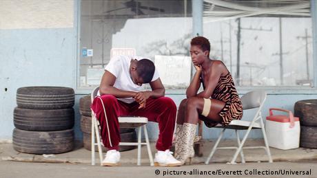 Filmstill von Queen & Slim, Szene mit einem schwarzen Paar auf Plastikstühlen einer Tankstelle (picture-alliance/Everett Collection/Universal )
