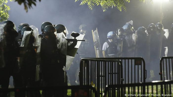 USA Protest nach dem Tod von George Floyd | Polizei räumt den Lafayette Park (picture-alliance/AP Photo/A. Brandon)