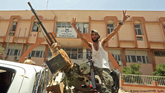 جندي من قوات حكومة الوفاق يحتفل بدخول مدينة ترهونة التي غادرتها قوات حفتر