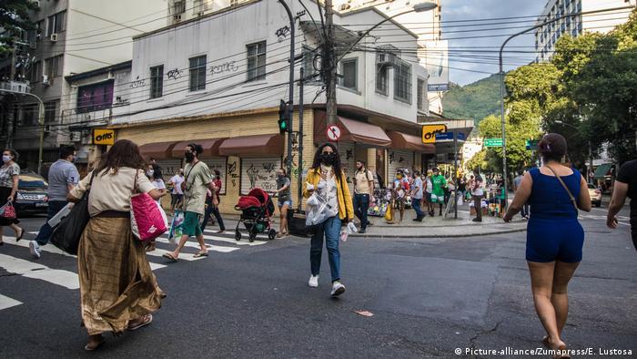 Brasilien Menschen gehen auf die Straße, um die soziale Isolation zu lockern (Picture-alliance/Zumapress/E. Lustosa)