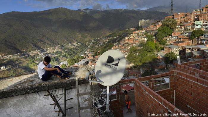 Un niño sobre un tejado en Caracas.