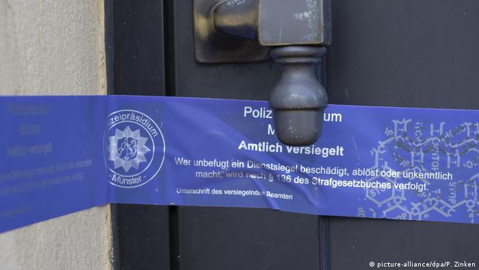 Finowfurt | Razzien und Festnahmen wegen sexuellen Missbrauchs: Siegel des Polizeipräsidiums Münster an Haustür (picture-alliance/dpa/P. Zinken)