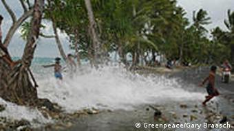 Auf Tuvalu toben Kinder in den Wellen (Foto: Greenpeace)
