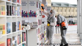 Дезинфекция на книжном фестивале на Красной площади в Москве