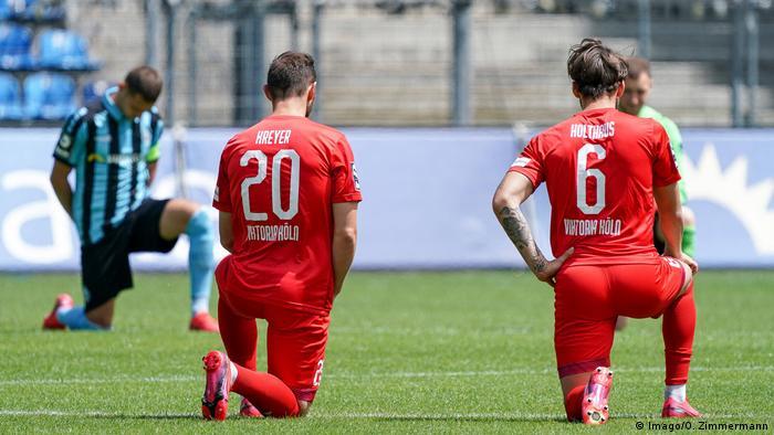 لاعبو دوسلدورف وهوفنهايم يعتمدون على ركبة واحدة على الأرض في إشارة إلى رفض العنصرية (6/6/2020).