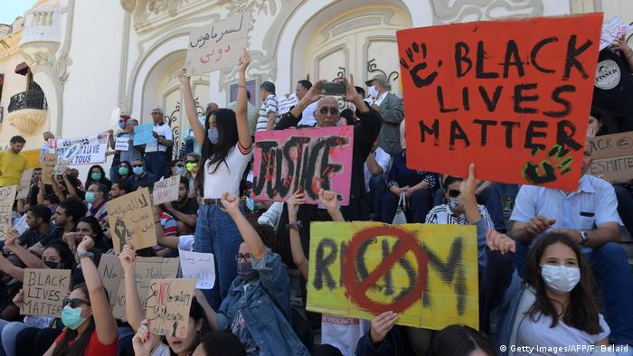 Protesters hold signs in Tunis (Getty Images/AFP/F. Belaid)