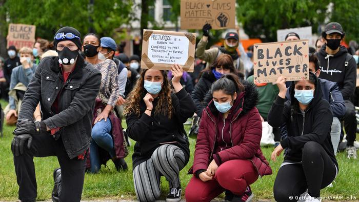 Pengunjuk rasa berlutut di Manchester, Inggris (Getty Images/AFP/P. Ellis)