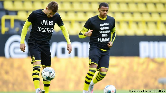 Borussia Dortmund - Hertha BSC Berlin I Protest gegen Rassismus (picture-alliance/T. Groothuis)