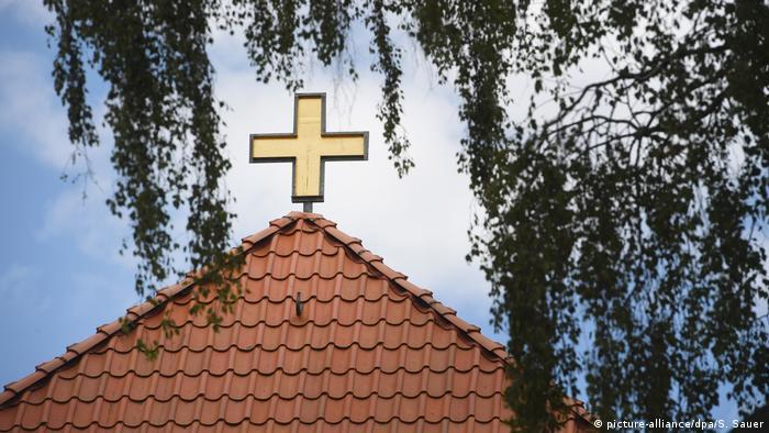Crucifixo no topo de uma igreja