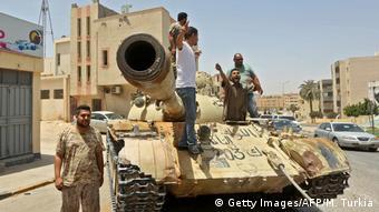 Μαχητές πιστοί στον πρωθυπουργό Αλ Σαράτζ έξω από την Τρίπολη