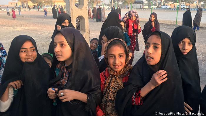 مهاجران افغان در ایران اکثرا از خانواده های فقیری هستند که با دستمزد روزانه شان امرار معاش می کنند. علاوه بر بیکاری و فقر، پاندمی کرونا باعث فشارهای اجتماعی بیشتری بر مهاجران شد. اقتصاد ایران به خاطر فشارهای بین المللی و تحریم ها نیز به شدت زیر فشار است و روز به روز وخیم تر می شود.