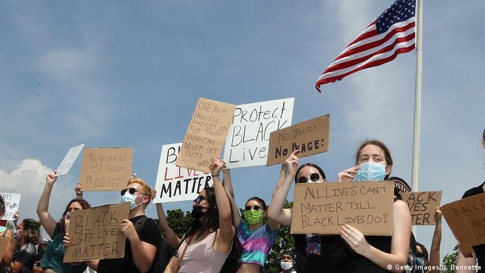 Участники антирасистского протеста после гибели афроамериканца Джорджа Флойда в Нью-Йорке