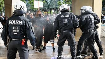 Αντιπαράθεση αστυνομικών με ομάδα διαδηλωτών μετά το τέλος της ειρηνικής συγκέντρωσης το Σάββατο στο Αμβούργο