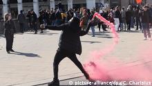 Manifestante encapuzado em protesto