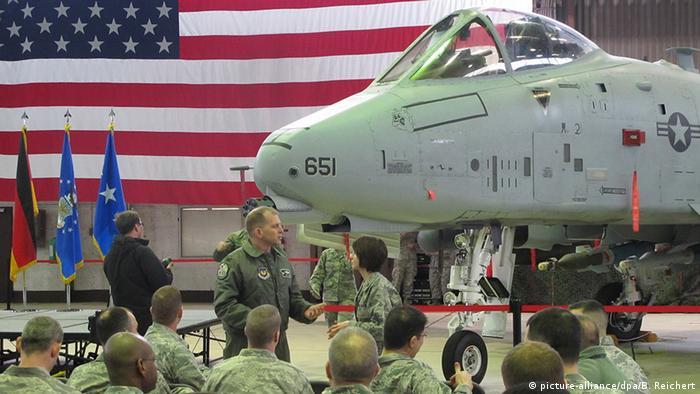 Soldaten vor einem A-10-Kampfflugzeug bei der Begrüßung der neu verlegten Soldaten auf dem US-Flugplatz in Spangdahlem