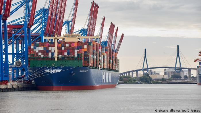 Navio cargueiro atracado no porto de Hamburgo, na Alemanha