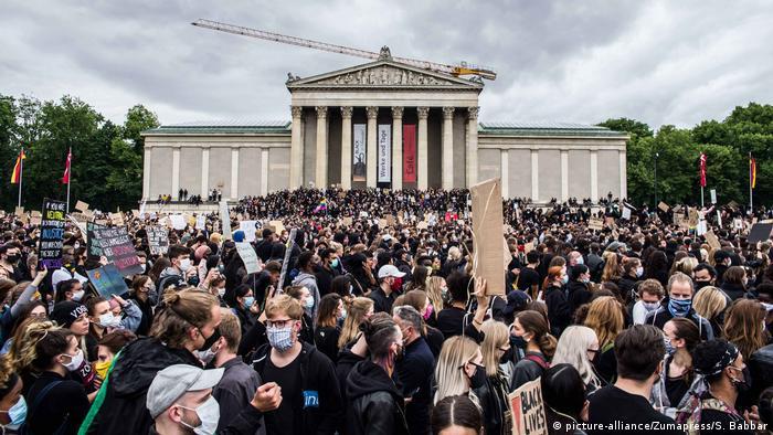 الاحتجاجات ضد العنصرية في ميونيخ: حوالي 25.000 شخص نزلوا إلى شوارع العاصمة البافارية