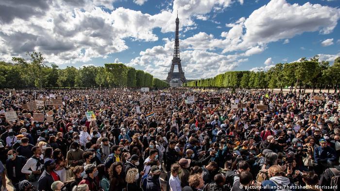 مظاهرة ضد العنصرية وعنف الشرطة في متنزه لو شامب دي مارس في العاصمة الفرنسية (6/6/2020)