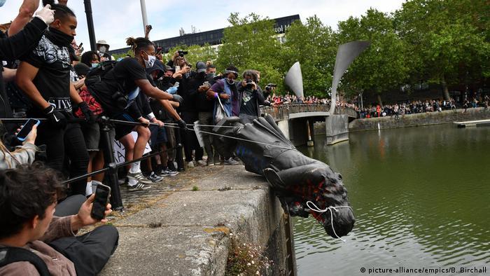 Em Bristol, estátua de Edward Colston, comerciante de escravos do século 17, é jogada ao rio por manifestantes
