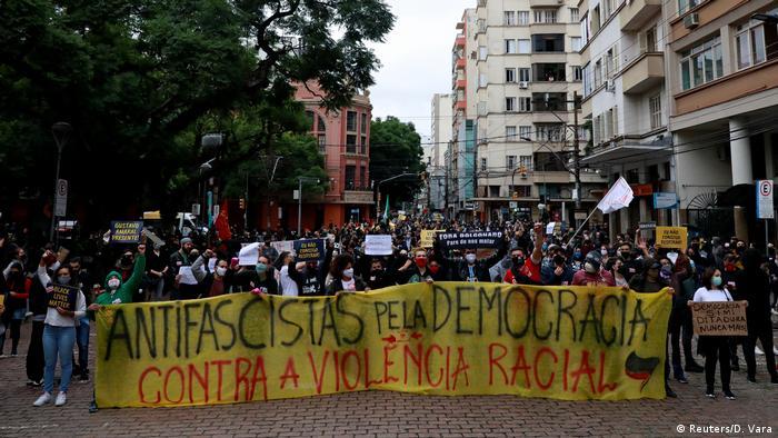 Protesto antirracismo e antifascismo em Porto Alegre