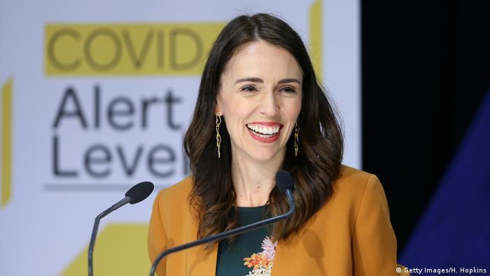Después de que el último paciente recibiera el alta, la primera ministra, Jacina Ardern, elogió la actitud de los neozelandeses que adhirieron al lock dowon y contribuyeron a la eliminación del COVID-19 en todo el país. Confiamos en que eliminamos, por ahora, las transmisiones del virus, afirmó Arderne en televisión. A mediados de junio, ese país registró casos importados. (8.062020).