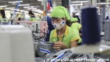 ARCHIV +++ FILE - In this Oct. 24, 2017, file photo, a worker sews a garment at Pro Sports factory in Nam Dinh province, Vietnam. Vietnam on Monday, June 8, 2020, ratified a significant trade deal with the European Union, which is expected boost the country's manufacturing sector and exports, as it recovers from a dip caused by the coronavirus pandemic. (AP Photo/Hau Dinh, File) |