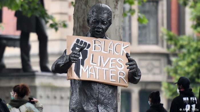 Patung Beksib Mandela dipasangkan slogan Black Lives Matter (AFP/J. Tallis)