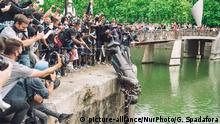 The statue of Colston is pushed into the river Avon. Edward Colston was a slave trader of the late 17th century who played a major role in the development of the city of Bristol, England, on June 7, 2020. (Photo by Giulia Spadafora/NurPhoto) | Keine Weitergabe an Wiederverkäufer.