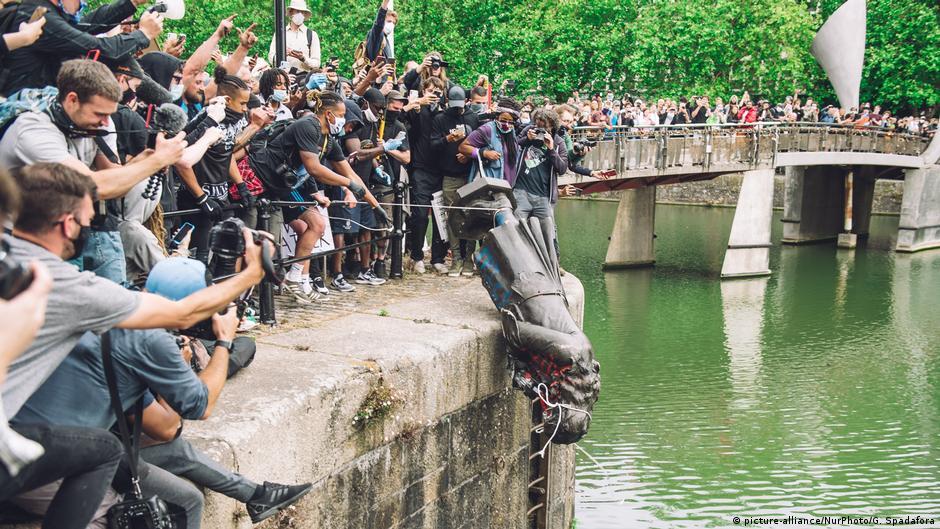 BG Statuen Proteste weltweit gegen Rassismus und Kolonialismus Bristol Edward Colston
