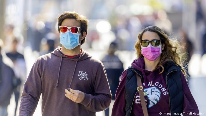 Coronavirus Schutzwirkung von Masken (imago images/Arnulf Hettrich)
