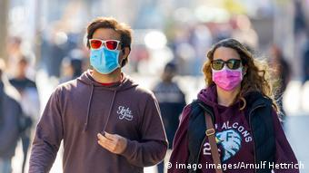 Молодой человек и девушка в защитных масках