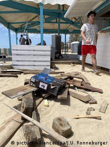 Πυρετώδεις προετοιμασίες στις παραλίες
