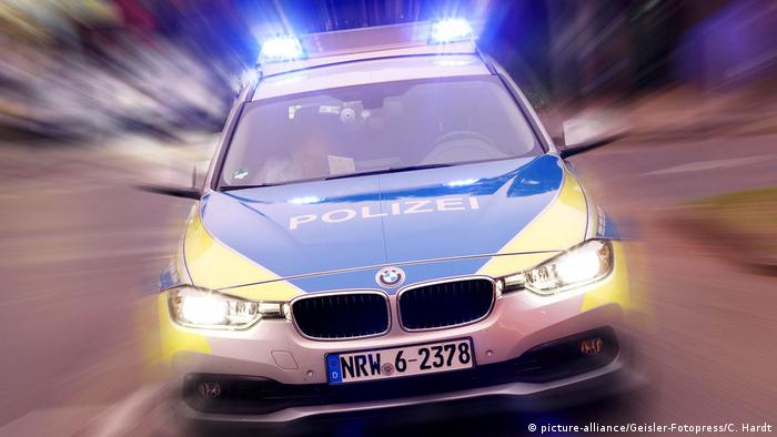 A Cologne police BMW, sirens and headlights on. Archive photo from June 2018.