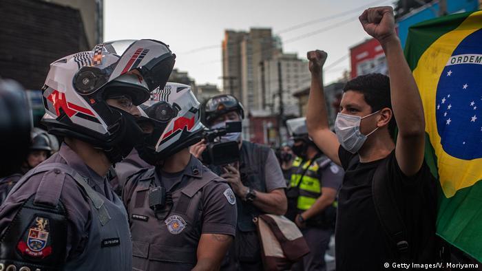 Протестующие против Болсонару в Бразилии