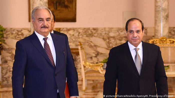 Президент Єгипту Абдель Фаттах ас-Сісі (праворуч) і лівійський генерал Халіфа Хафтар, квітень 2019 року