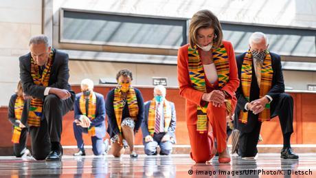 US-Demokraten knien im Kapitol | Acht Minuten 46 Sekunden für George Floyd (imago images/UPI Photo/K. Dietsch)