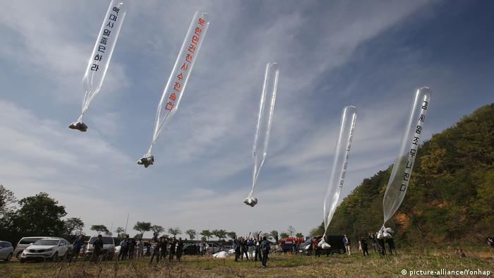 Südkorea Luftballons mit Flugblättern gegen Nordkorea über die Grenze (picture-alliance/Yonhap)