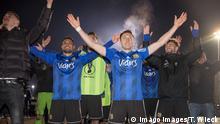 Saarbrückens Mannschaft Jubelt nach dem Sieg Saarbrückens Torwart Daniel Batz hat den entscheidenden Elfmeter gehalten