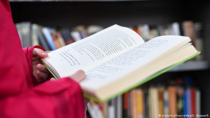 O femeie care citește o carte