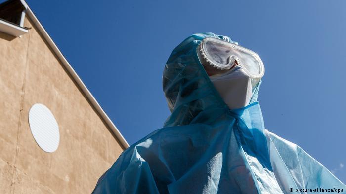 Фельдшер швидкої допомоги в спеціальному костюмі для захисту від коронавірусу