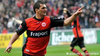 Der Frankfurter Martin Fenin bejubelt seinen Treffer zum 2:1-Endstand gegen den FC Bayern. (Foto: dpa)