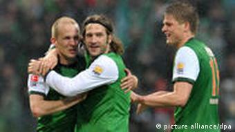 Der Bremer Torsten Frings (m.) jubelt mit Sebastian Prödl (r.) und Petri Pasanen über seinen Treffer zum 3:2. (Foto: dpa)