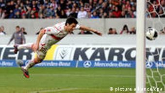 Der Stuttgarter Ciprian Marica köpft ohne Gegenwehr zum 1:0 ein. (Foto: dpa)