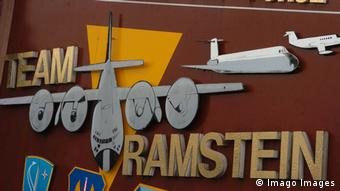 Πινακίδα στην αμερικανική αεροπορική βάση στο Ράμσταϊν